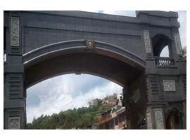 地界交接处的雅蒙黑石拱门
