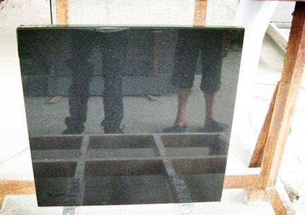 加工工厂大门口展示珍珠黑石板