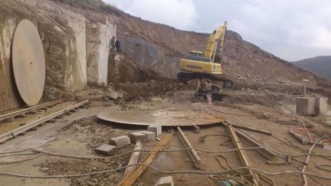 挖掘机在挖矿山