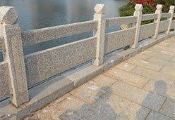公园里的章丘灰石栏杆
